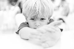 L (Roberto Alarcon) Tags: white black blanco luz kid eyes hands nikon negro manos blond ojos roberto mirada nio tarde tui enfado alarcon d610 robertoalarcon