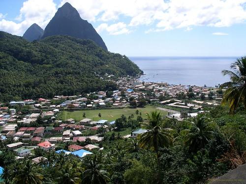 Die Pitons, St. Lucia (Karibik) - im Vordergrund ist Soufriere zu sehen