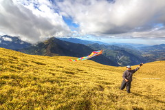 Flying a Kite on Mt. Nanhua Grassland, 3184m, Taiwan, Part 1.南華山頂放風箏, Part1. (Evo-PlayLoud) Tags: canon 550d tokina t116 1116mm tokina1116mmf28 canoneos550d hdr sky cloud clouds mountain mountains landscape scenery taiwan 南華山 能高北峰 風景 grass grassland 能高越嶺 能高越嶺西段 kite 風箏 人物 people