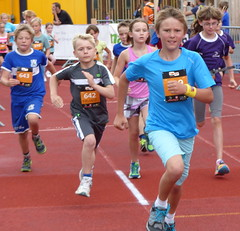 Positions (Cavabienmerci) Tags: boy sports boys sport youth race children schweiz switzerland à child suisse swiss running run alpine davos runners pied runner läufer lauf 2015 coureur swissalpine coureurs