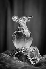 Parfum Bijoux NB (photosreggar) Tags: parfum joyaux bijoux rouge noir noiretblanc intérieur studio noflash