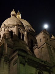 Sacr-Cur (Toni Kaarttinen) Tags: moon paris france tower church night lights evening frankreich cathedral frana montmartre sacrecoeur frankrijk prizs francia iledefrance parijs parisian pars  parigi frankrike sacrcur  pary   francja ranska pariisi  franciaorszg  francio parizo  frana