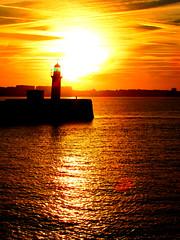 dbut de journe sur la petite tour de pise (chloe_lgn) Tags: sunrise lighthouse firesky leverdesoleil phare orange soleil sun sea seascape landscape vendee france canon exterieur mer eau calme crepuscule matin paysage cote