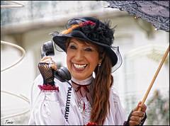 - SONRISA  AL TELEFONO - (Tomas Mauri) Tags: bagnèresdeluchon fêtedesfleursbagneresdeluchon mujer woman france francia paraguas umbrella sombrero hat telefono telephone smileonthephone