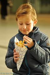 een-heerlijk-frietje (Don Pedro de Carrion de los Condes !) Tags: donpedro d700 snack candid jongen zak puntzak patat friet eten smullen ns utrechtcentraal traverse genieten mayo frietmet patatmet