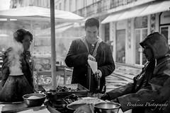 Les châtaignes de Lisbonne. (Bouhsina Photography) Tags: blackwhite black white street rue lisbonne lisboa portugal bouhsina bouhsinaphotography canon 5diii ef2470 chataignes vendeur