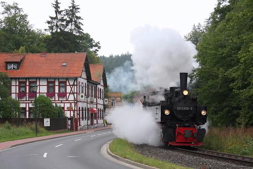 HSB: 99 5906-5 mit Personenzug nach Harzgerode in der Ortsdurchfahrt Alexisbad