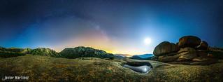 Vía láctea y luna creciente sobre la Pedriza, Madrid. [Explore] [Aapod]