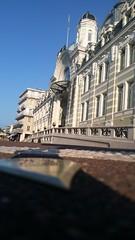Palais Lumière et la goutte de bronze au sol