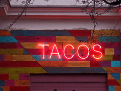 Tacos (onnola) Tags: berlin deutschland germany tacos leuchtreklame neon reklame imbiss guesswhereberlin gwb typographie typography letters buchstaben rot red