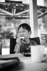 20150802-DSC05396-BW (jenkwang) Tags: people bw children conversion sony filter modified thin kolari a7k voigtlandercv3535mmf14nokton
