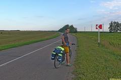 Зато отъехав всего 3-4 километра от Боброва, шоссе становится очень тихим. С каждым поворотом открывается отличный вид на луга и перелески. Редкая обстановка для обсуждения планов движения к месту ночевки.