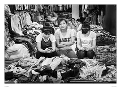 Yankee Trends in Hanoi (sdc_foto) Tags: sdcfoto street streetphotography bw blackandwhite pentax pentaxk30 people hanoi vietnam girls shop clothes