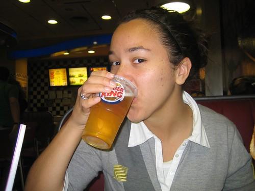 Piger må også gerne drikke øl på Burger King. Foto: Resa (Flickr)