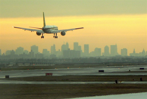 Plane landing against the Manhattan skyline by John Wardell (Netinho)