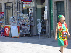 Portuguesa (stukinha) Tags: life street red people verde green portugal yellow bandeira for fan photo costume football pessoa europa europe european sale candid flag patriotic vermelho amarelo rua worldcup portuguese futebol braga iberianpeninsula stuka 3way smbolos pennsulaibrica f portugueses europeu imcoming europeia challengeyouwinner 3waychallenge penisolaiberica stukinha 6millionpeople pninsuleibrique iberischschiereiland anacompadre