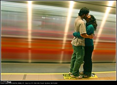 Beso en el tiempo - Time Kiss (ifoto.cl) Tags: chile santiago blur love canon subway rebel xt couple artistic time metro photos accepted1of100 been1of100 fotos navarro osvaldo thok lmff lmff1 lmff2 lmff3 lmff4 lmff5 tamoe ignacionavarro thokrates osvaldonavarro lplove lplovetop5