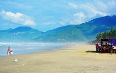 Lang Co (free3yourmind) Tags: sea people mountains dusty beach vietnam langco
