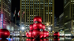 Giant Christmas Ornaments_New York City_#0054 (Hero32) Tags: bigapple camera fujifilm fujifilmxt1graphitesilveredition fujinonlensxf35mmf14r foggy fuji fujixt1 graphitesilver hero heroliao interchangeablecamerabody ny nyc newyorkcity photography us winter xt1 xtrans bridge brooklyn brooklynbridge eastriver fog morning river walk newyork