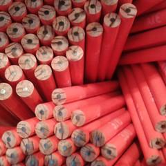 Una grande conchiglia, un castello di carte consumate dal tempo, un cesto di pastelli e matite colorate (plochingen) Tags: london shop museum pencils crayons londres abstract abstrait astratto mattite musee derive multiple