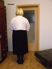 Rückenverschluss / Backbuttoned (Daniela Hausfrau) Tags: sissy sissygirl blouse bluse backbuttoned backbutton pleated skirt devot submissive rückenschluss rückenverschluss tranny tvgirl tgirl transe rsk