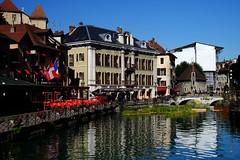 Annecy (8) / França / Francia (Ull màgic (+1.000.000 views)) Tags: annecy frança france francia nucliantic canal aigua agua water pont puente reflexes reflejos edifici arquitectura teulades castell fuji xt1