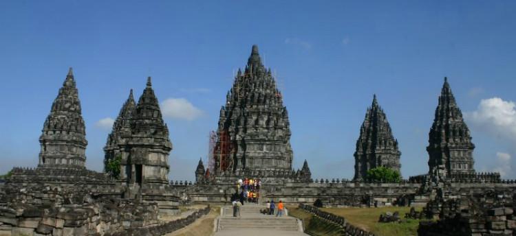3Quần thể đền Prambanan hiên ngang sừng sững với những chóp đền cao nhọn cùng trầm tích rêu phong, cổ kính