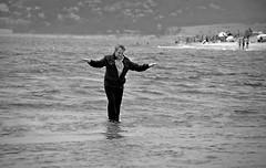 Sorprenent ! (josepponsibusquet.) Tags: mar julian agua mediterraneo playa catalonia paseo catalunya mago costabrava mag passeig aigua catalua platja magia caminando mediterranea lestartit robat mediterrani robado baixempord goladelter caminant blancinegra maspinell magjulian