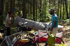 Apprends à tes potes à plier une tente. Vous noterez que certains se contentent de regarder.