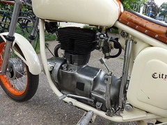 ab 1955 AWO 425 Sport von VEB Fahrzeug- und Gerätewerk SIMSON in Suhl Heinrich-Heine-Platz in 39114 Magdeburg-Rotehorn (Bergfels) Tags: bergfels technischesdenkmal youngtimer maschine grosemaschine motorrad kraftrad krad strasenfahrzeug ab 1955 1950er 20jh ddr awo425sport awo425s awo veb fahrzeugundgerätewerksuhl simson simsonsuhl heinrichheineplatz 39114 magdeburg rotehorn luftgekühlt einzylinder 1zylinder viertakt ottomotor bohrung hub hubraum zylinderhubraum ccm cui leistung ps kw kardanwelle doppelschleifenrahmen trommelbremse teleskopgabel schwinge kraftstoffvorrat produziertestückzahl investition ostmark polizeilicheskennzeichen mdcr17 motoradclubcityrats cityrats beschriftet kraftstoffverbrauch
