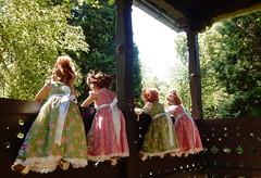 Wenn wir schaun, schaun, schaun ... (Kindergartenkinder) Tags: dolls himstedt annette kindergartenkinder kostüm spatzenhaus villa hügel essen annemoni sanrike kleid tivi milina outdoor kind personen