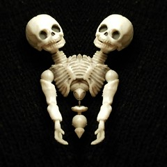 siamese skeleton (VintageReflection) Tags: macabre retrotwin lostillusion75 skelett skeleton bone knochen death hito rement siamese twin twins dark art scary toy figure skull