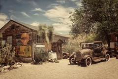 Sur la route 66 - Hackberry (Isabelle Gallay) Tags: architecture travel arizona usa hackberry urban urbain city ville house maison old abandoned car voiture automobile fuji fujifilm street route66 road road66 motherroad roadtrip trees arbres