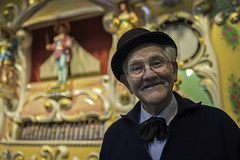 the pleasant showman (Blende1.8) Tags: jahrmarktsorgel fairgroundorgan mann man schausteller sympathisch pleasant likeable people portrait colors colours hut brille melone billycock bowlerhat jahrmarkt kirmes fairground nikon d750 tamron 35mm bokeh