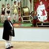 Sur la toile comme en dehors (_ Adèle _) Tags: paris musée petitpalais galerie toile oeuvre lessaltimbanques fernandpelez homme visiteur sourire clown nain acrobates tambour fête foraine forains