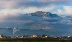 L'usine qui alimente les nuages. (Bouhsina Photography) Tags: montagne brume couleur brillant tétouan tetuan bouhsina bouhsinaphotography canon maroc morocco 5diii ef100400 pollution vapeur fumée