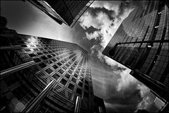 UK - London - Docklands skyscrapers_mono_DSC2008 (Darrell Godliman) Tags: uklondondocklandsskyscrapersmonodsc2008 onecanadasquare canarywharf docklands greenwich london bw blackandwhite mono monochrome lookingup skyscrapers skyscraper