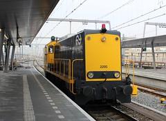 SHD 2205 te Utrecht CS (1) (erwin66101) Tags: ns shd stichting historisch dieselmaterieel locomotief diesel diesellocomotief meetrijtuig meettrein meet rijtuig trein cto plan e railpromo panorama rail restaurant promo amersfoort station utrecht cs centraal utrechtcentraal utrechtcs omlopen rangeren llt losse locomotieftrein losselocomotieftrein