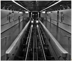 On the way to the Montjuïc (kurtwolf303) Tags: metro ubahn barcelona spanien spain gleise tracks monochrome einfarbig bw sw olympusem1 omd microfourthirds micro43 systemcamera verkehr infrastruktur architektur mirrorlesscamera train zug unlimitedphotos subway 250v10f kurtwolf303