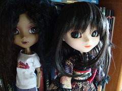 Queen y Shizuka (Lunalila1) Tags: black japanese doll queen lan wig mohair bonnie groove kimono pullip another limited edition ai parker lanai llegadas quimono shizuka junplaning