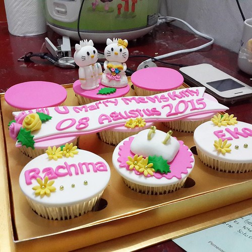 Hello Kitty Cupcakes Half Done Happy Weekend Cupcakes