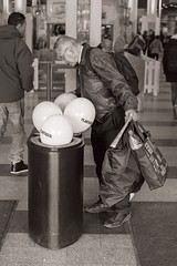 Looking (pni) Tags: man trash suomi finland person helsinki being balloon shoppingcentre kamppi human helsingfors skrubu pni plantagen pekkanikrus