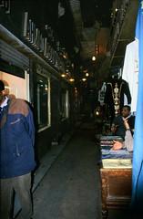 Ägypten 1999 (699) Kairo: Chan el-Chalili (Rüdiger Stehn) Tags: menschen leute 1990s nachtaufnahme القاهرة kairo alqāhira unterägypten nordägypten bauwerk afrika ägypten egypt nordafrika 1999 winter urlaub dia analogfilm scan slide 1990er diapositivfilm analog kbfilm kleinbild canoscan8800f canoneos500n 35mm stadt strase misr مصر reise reisefoto gebäude profanbau soq souk suk sook suq markt bazar basar soukh souq altstadt altkairo