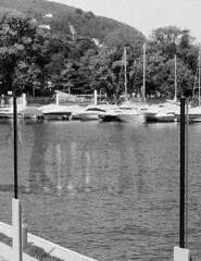 Le gambe riflesse (sirio174 (anche su Lomography)) Tags: gambe legs riflesso riflessione vetro plexiglass glass lago lake lungolago como italia italy zorki6 zorki