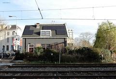 voormalige overwegwachterswoning aan de Zonstraat 1 in Utrecht. (bcbvisser13) Tags: woning zonstraat1 spoorwegovergang overweg rails tuin bomen overwegwachterswoning48