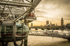 Boarding on London Eye (alinepcasciano) Tags: sigma1750mm canoneos70d goldenhour light sun sunset river thames westminster bigben steel wheel uk unitedkingdom londoneye england londres london
