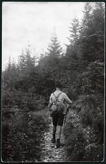Archiv B025 Wanderschaft, 1930er (Hans-Michael Tappen) Tags: boy 1930s outdoor stock walkingstick rucksack wandern lederhose tirolerhut gehstock wanderstock spazierstock feldflasche bergschuhe 1930er archivhansmichaeltappen