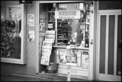 Winter in Hannover XX (__Daniele__) Tags: hannover analoge analog film apx400 pax agfa leica m6 rangefinder 90mm summieren schwarzweiss blackwhite monochrome czarnobiałe newspapers kiosk store