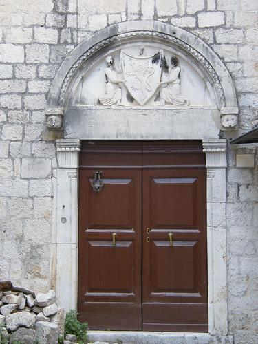 Trogir, középkori címeres kapu
