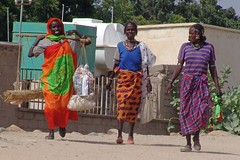 The women of Barentu (CharlesFred) Tags: africa street orange colour men women market gash eritrea barka eastafrica eritrean barentu agordat gashbarka